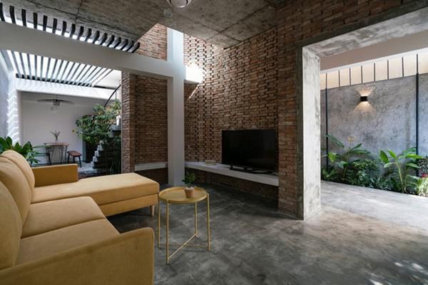 Cầu thang bằng bê tông đúc thô, nền nhà tráng xi măng, tất cả tạo nên một không gian sống gần gũi, thân thiện.