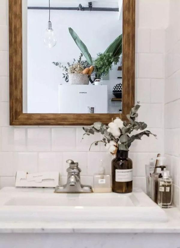 Bồn tắm với hoa, hương liệu treo phía trên.