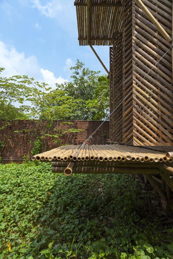 """Với hệ khung nhà cố định (dùng tre có đường kính 8-10cm), ngôi nhà có kết cấu đủ khỏe để có thể """"sống tốt"""" cùng thiên tai, vượt được mực nước lũ cao 1,5m."""