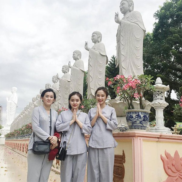 Angela Phương Trinh cũng tìm được bình an nơi cửa Phật.