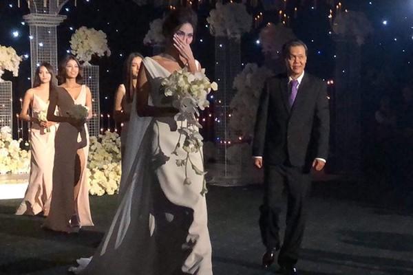 Lan Khuê xúc động rơi nước mắt trong đám cưới. Ảnh Zing.vn