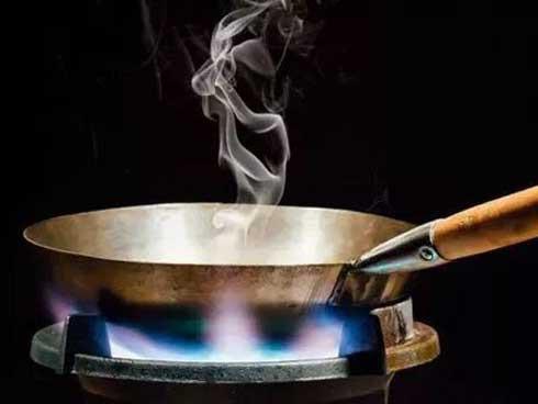 Để dầu ăn bốc khói là một thói quen gây hại sức khỏe