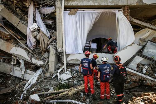 Đội cứu hộ Pháp hôm 4/10 chuẩn bị tiếp cận khách sạn Mercure ở Palu bị tàn phá nặng nề trong thảm họa để tìm kiếm nạn nhân. Ảnh: AFP.