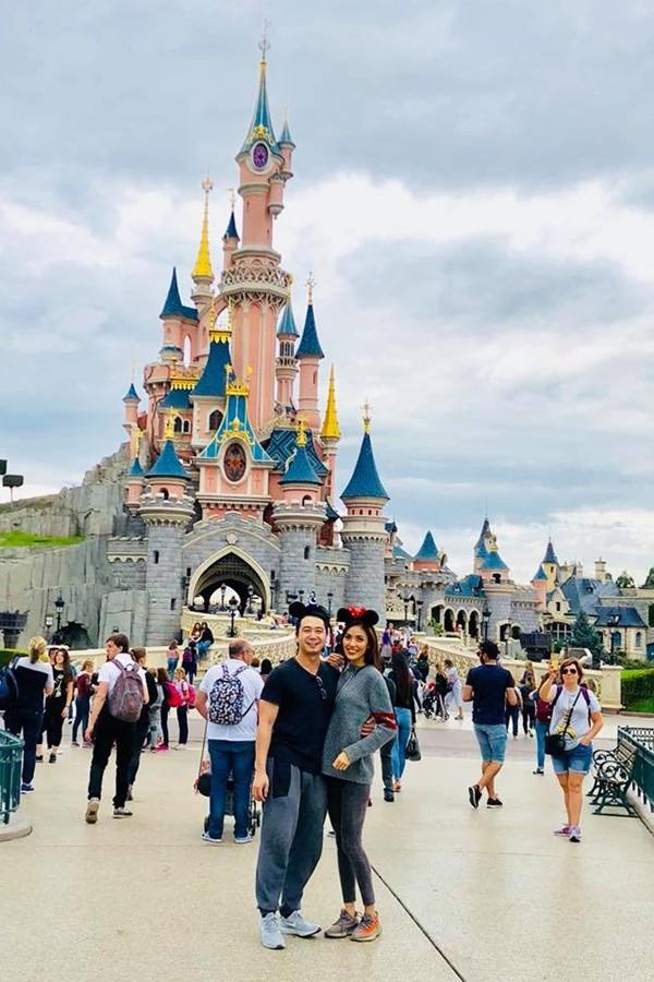 Cuối tháng 8, Lan Khuê và Tuấn John dành thời gian sang Pháp nghỉ ngơi. Họ ăn diện thoải mái, chụp ảnh tình tứ bên nhau.