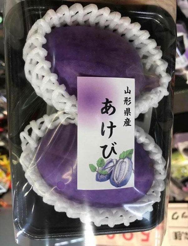 Các cửa hàng cho biết loại quả này được nhập từ Nhật Bản. Do cây Akebi ra trái vào mùa thu nên đây chính là thời điểm thu hoạch loại quả này. Một cửa hàng tại quận 1, TP HCM bán đồng giá 250.000 đồng mỗi quả.