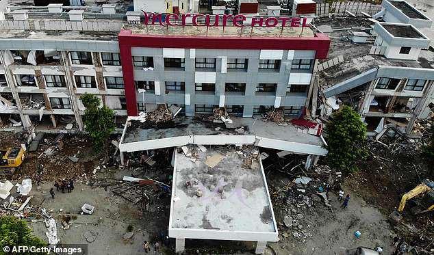 Một tòa nhà lớn bị phá hủy trong thảm họa kép.