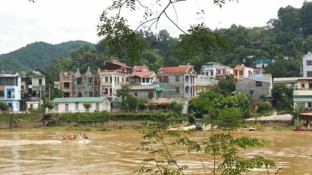 Thời điểm Hải phi tang thi thể vợ xuống sông, nước sông lớn, chảy xiết do mưa lũ nên công tác tìm kiếm thi thể nạn nhân gặp nhiều khó khăn. Ảnh: PV