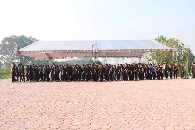 Các đoàn đại biểu xếp hàng ngay ngắn chờ đến lượt viếng cố Tổng Bí thư Đỗ Mười tại quê nhà.