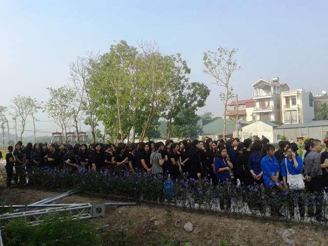 Rất đông thế hệ trẻ, đoàn viên, thanh niên cũng có mặt trong dòng người đến viếng.