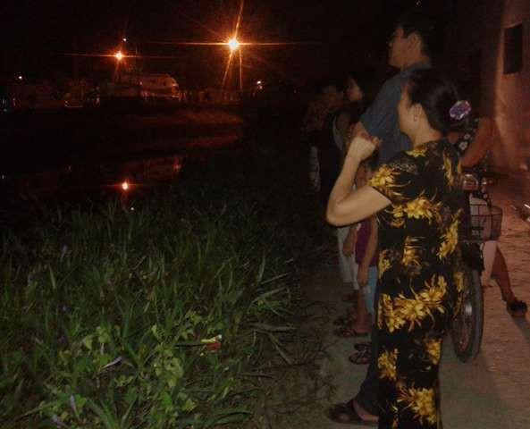 Hết giờ thăm viếng nhưng rất đông người dân vẫn nán lại.