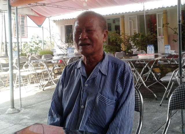 Cụ Đinh Văn Giong (82 tuổi) lặn lội từ tỉnh Hà Nam ra ngoại thành Hà Nội thắp hương tiễn biệt nguyên Tổng Bí thư Đỗ Mười.
