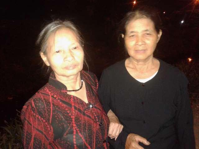 Bà Nguyễn Thị Lan (70 tuổi) và bà Nguyễn Thị Lụa (72 tuổi) bày tỏ niềm tiếc thương vô hạn trước sự ra đi của nguyên Tổng Bí thư Đỗ Mười.