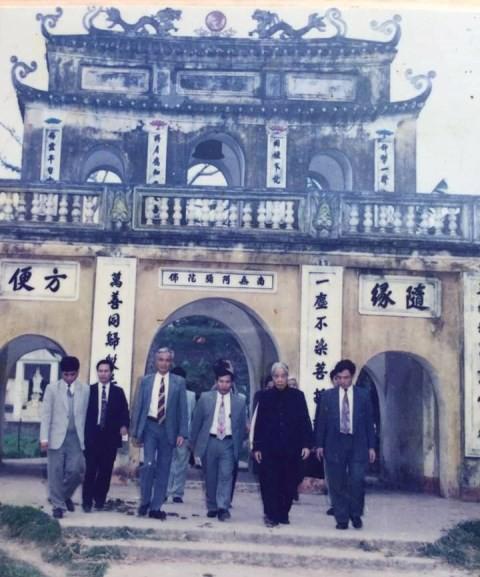 Nguyên Tổng Bí thư Đỗ Mười trong một lần về thăm chùa Hưng Long. Ảnh tư liệu