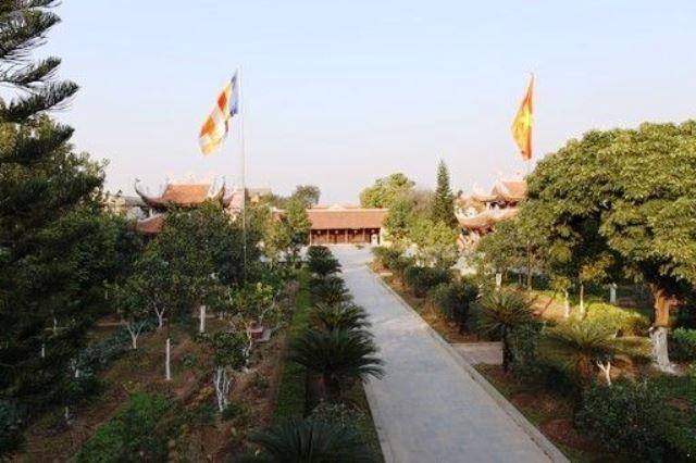 Toàn cảnh chùa Hưng Long nhìn từ tam quan.