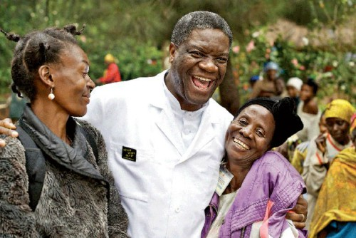 Bác sĩ Mukwege bên các bệnh nhân. Ảnh: TP.