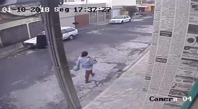 Người mẹ trẻ thản nhiên vứt con vào thùng rác. Ảnh: Daily Mail
