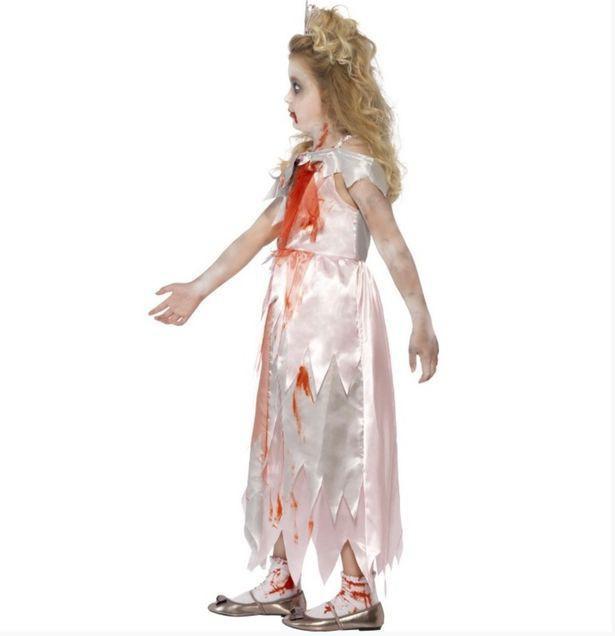 Bộ váy đẫm máu được cho là phản cảm.