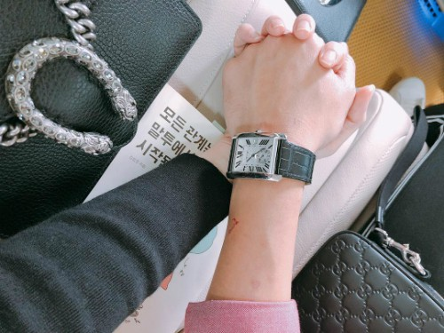 Hari Won đăng tải hình ảnh đôi bàn tay siết chặt của hai vợ chồng.
