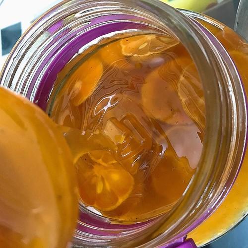 Siro chanh đào mật ong của chị Giang có màu vàng đẹp mắt, sánh mịn.