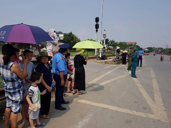 Hàng trăm người dân đứng chờ đoàn xe đi qua. Lực lượng chức năng tạm cấm người dân đi qua cầu vượt tuyến đường. Ảnh Cao Tuân