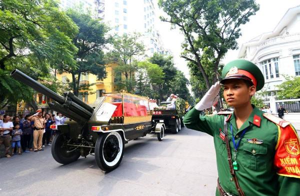 Di hài cố Tổng Bí thư được đưa qua một số tuyến phố ở Hà Nội. Ảnh: VnExpress