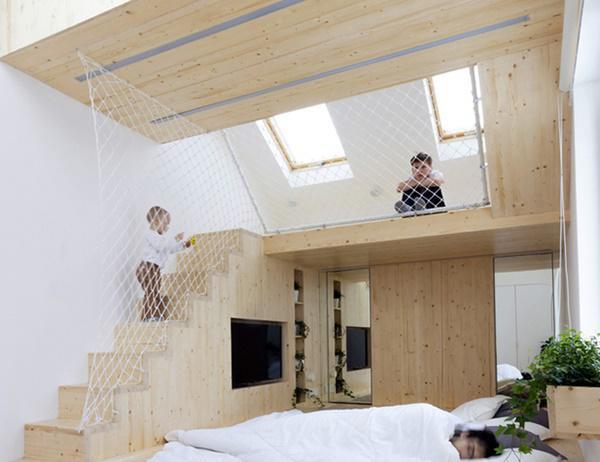 Dù diện tích rất nhỏ nhưng với thiết kế ấn tượng, ngôi nhà vẫn đủ không gian sinh hoạt cho một gia đình 5 người gồm 2 người lớn và 3 trẻ nhỏ