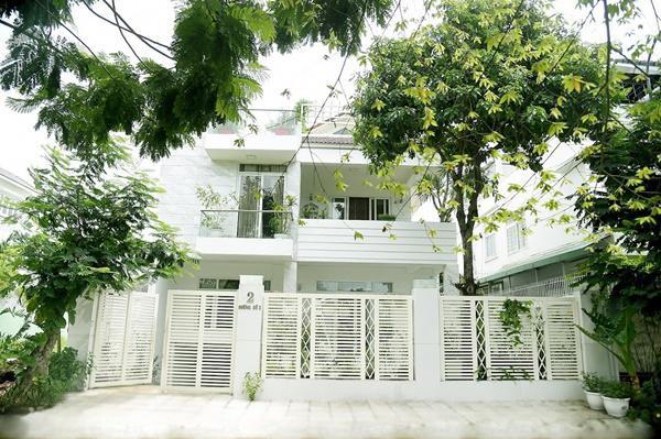 Căn nhà của vợ chồng anh nằm ở ven đô, trắng toát và tràn ngập cây xanh.