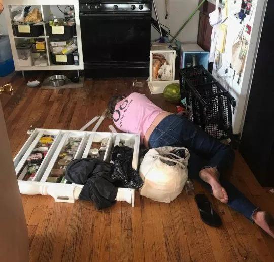 Người giúp việc say xỉn nằm bẹp ra giữa nhà.