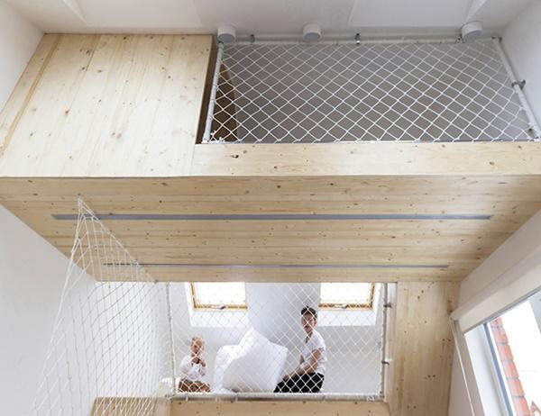 Trong khi thiết kế, các kiến trúc sư muốn trẻ nhỏ có thể thoải mái chơi ở hai tầng trên, trong khi người lớn vẫn có không gian riêng để thức dậy và chào buổi sáng sớm mà bị lũ trẻ làm phiền. Tấm lưới đặc biệt bảo đảm an toàn trong lúc lũ trẻ vui chơi