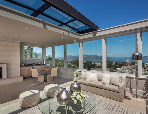 Căn nhà còn sở hữu một phòng khách với mái nhà có thể thu vào