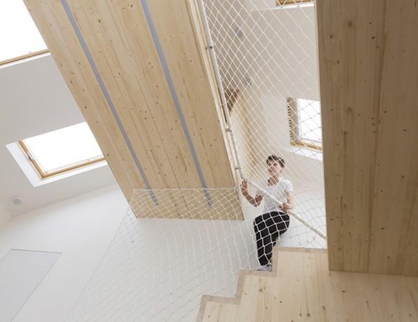 Tấm lưới còn được sử dụng một cách sáng tạo để làm tay vịn cầu thang