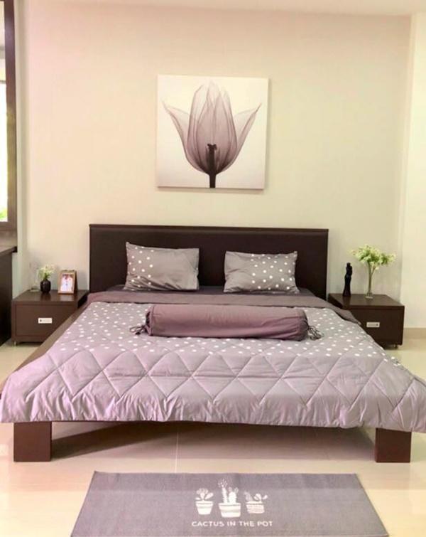 Phòng ngủ được thay bằng màu tím.