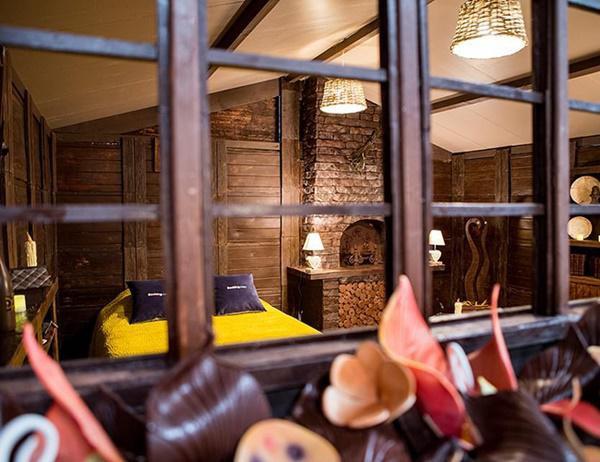 Các chi tiết nhỏ nhất bên trong ngôi nhà này từ tường và mái nhà đến lò sưởi, tủ quần áo, đồng hồ, ly và sách, thậm chí cả một chiếc đèn chùm đều làm từ sô-cô-la