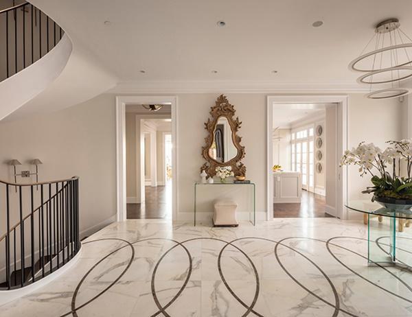 Căn nhà có sáu phòng ngủ, tám phòng tắm và một thang máy riêng. Bên trong căn nhà được trang trí bằng đá cẩm thạch sang trọng
