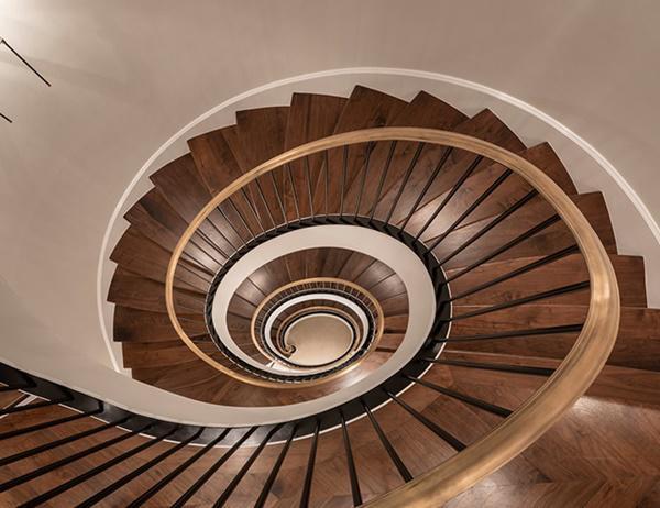 Nếu bạn không có tâm trạng để đi thang máy, cầu thang với chất liệu gỗ cao cấp là một sự lựa chọn tuyệt vời