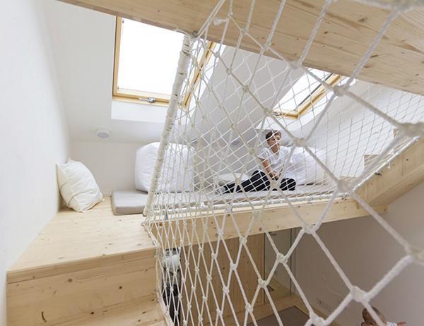 Cầu thang dẫn đến không gian tầng lửng, nơi vui chơi riêng của những đứa trẻ