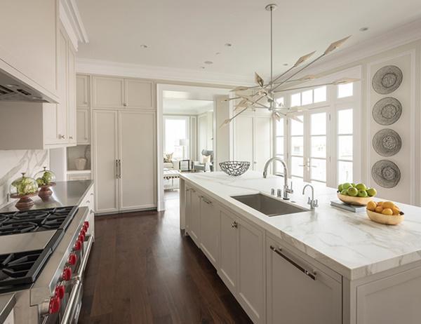 Nhà bếp với các quầy đá cẩm thạch và lớp tường trắng nổi bật chủ đạo