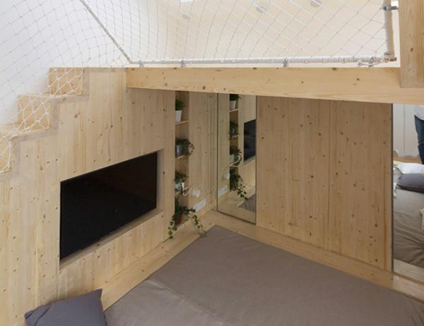 Nội thất có hai màu cơ bản: màu trắng và màu gỗ tự nhiên. Gam màu sáng sẽ giúp phản chiếu ánh sáng tốt hơn