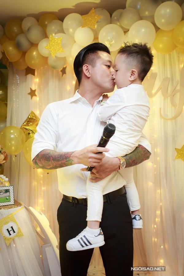 Tuấn Hưng yêu thương và lo cho con trai.