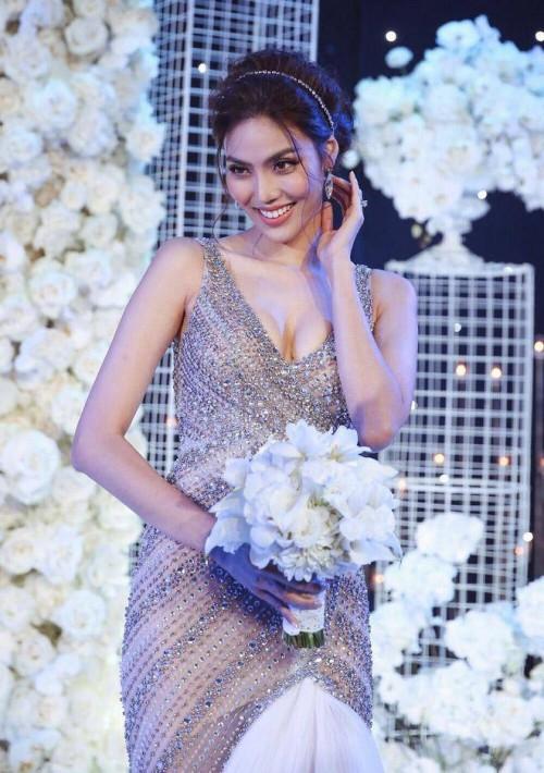 Một bộ váy được cô mặc khi tiến vào lễ đường và một bộ váy nhảy cùng ông xã của mình là John Tuấn Nguyễn. Với bộ váy đính hạt kim sa lấp lánh, chân dài Lan Khuê khiến nhiều khách mời xuýt xoa khen ngợi.