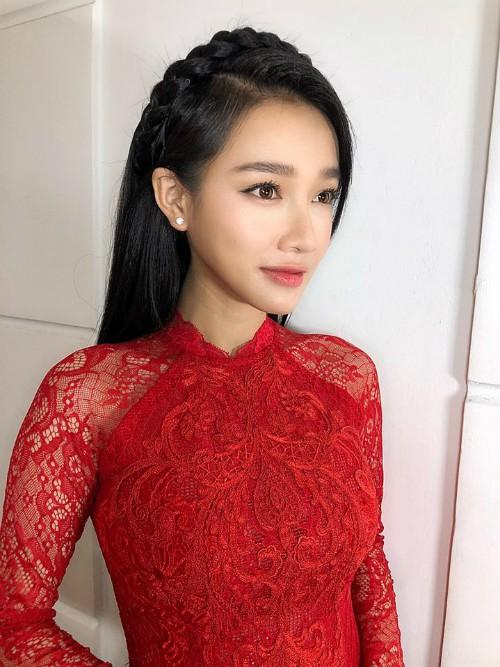 Trước đó, trong lễ đón dâu, Nhã Phương chọn makeup tông đỏ đào cùng áo dài ren đỏ