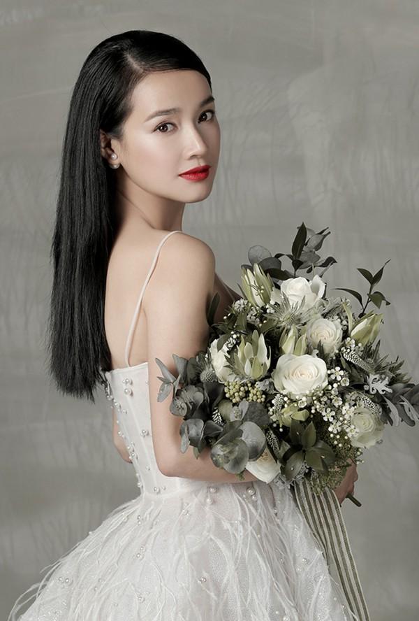 Trong những bộ ảnh được công bố, cô dâu Nhã Phương cũng hiện lên với vẻ xinh đẹp rạng ngời. Trên nền da trắng như sương, Nhã Phương chọn tông makeup tự nhiên với màu son đỏ quyến rũ.