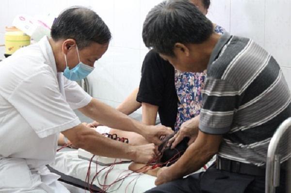 BS Tâm đang tiến hành châm cứu cho bệnh nhi.
