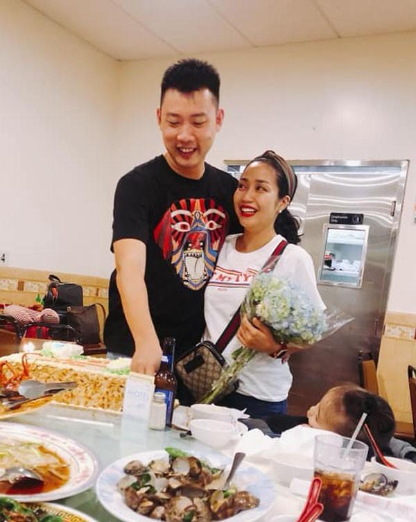 Hình ảnh Ốc Thanh Vân và Trí Rùa chúc mừng nhau nhân kỉ niệm 10 năm ngày cưới.