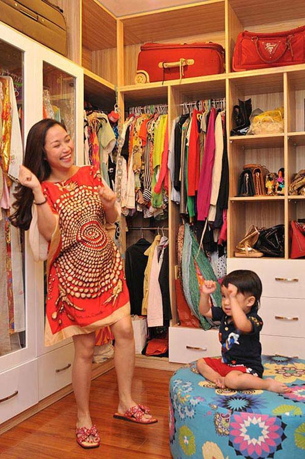 Căn phòng chỉ để đồ đi diễn của Ốc Thanh Vân.