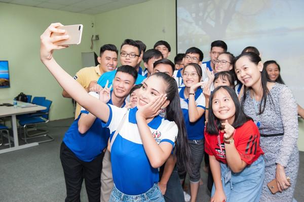 Trần Tiểu Vy thể hiện sự hòa đồng với bạn bè trong lớp học.