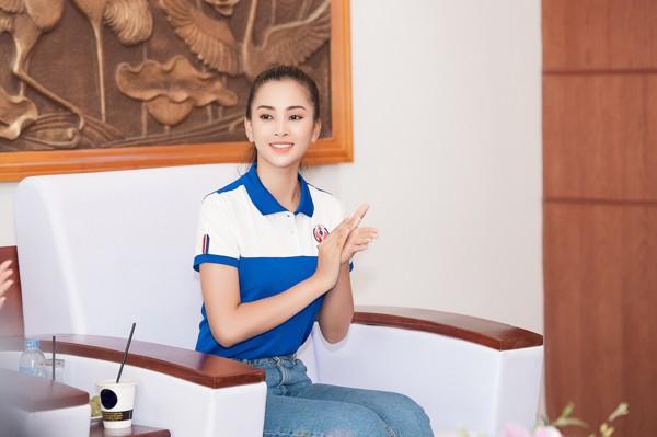 Cô thích thú khi quay trở lại trường lớp sau hơn 2 tuần bận rộn với nhiệm vụ của Hoa hậu.