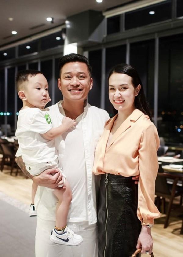 Thu Hương chính là người luôn theo sát hai bố con và chứng kiến tình cảm tuyệt vời mà Tuấn Hưng dành cho con trai mình.