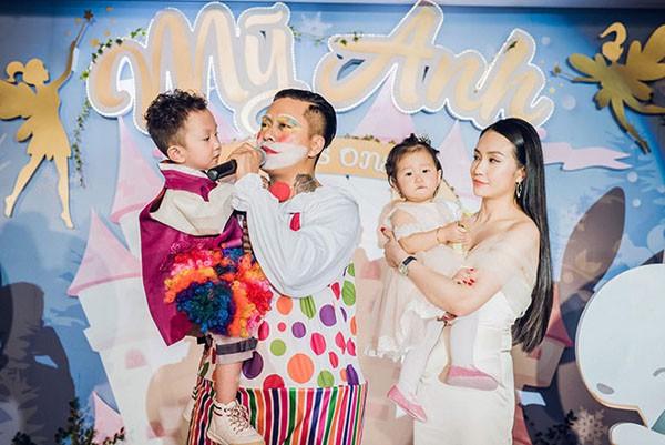 Thu Hương luôn sống độc lập, yêu thương và trân trọng chồng. Hơn 4 năm hôn nhân, cuộc sống của cặp đôi luôn rộn rã tiếng cười và ấm êm bên 2 con nhỏ. Cặp đôi còn trở thành những gia đình sao Việt có của ăn của để nhất showbiz hiện nay.
