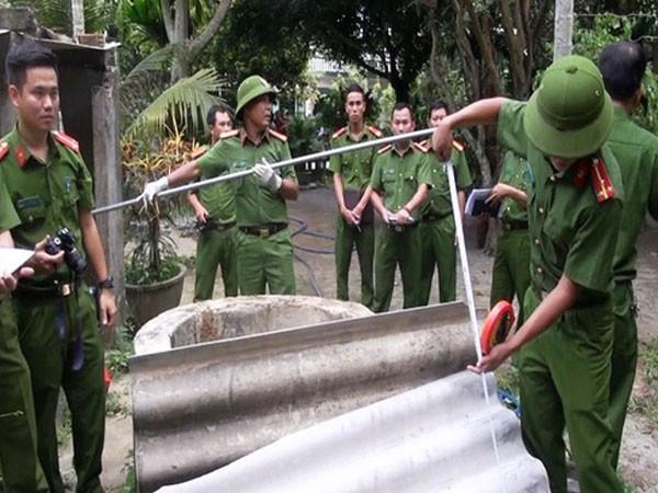 Công an tỉnh Quảng Ngãi khám nghiệm hiện trường điều tra vụ án mạng. Ảnh: NLĐ